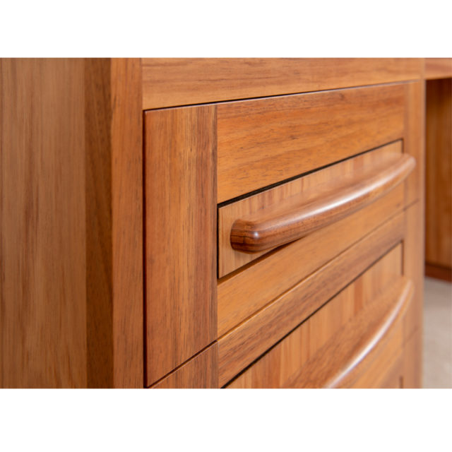 DSK183 Reeves Desk close up drawers and timber handle